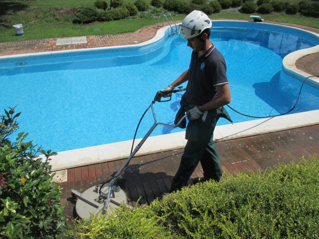 Pulizia area piscina, che fare?