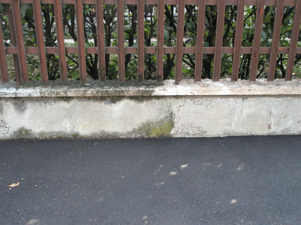 Muretto di recinzione in cemento e pietra 1