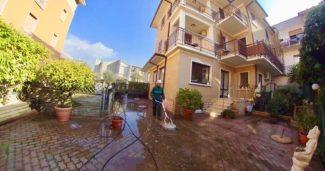 Come pulire l'ingresso e il cortile dell'albergo?