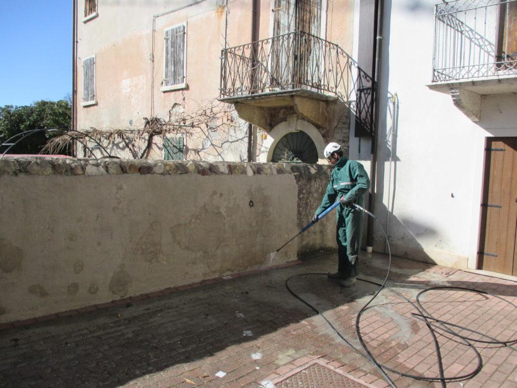 Come pulire muri e recinzioni?