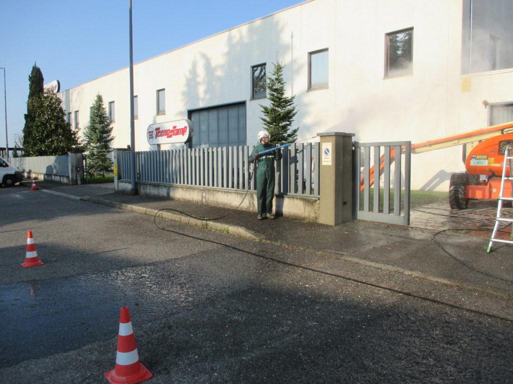 Come pulire muri e recinzioni industriali?