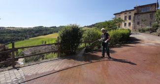 Come pulire viale e cortile del casale di campagna?
