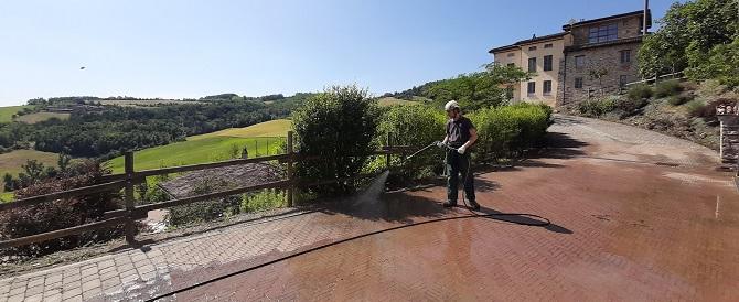 come pulire viale e cortile casale